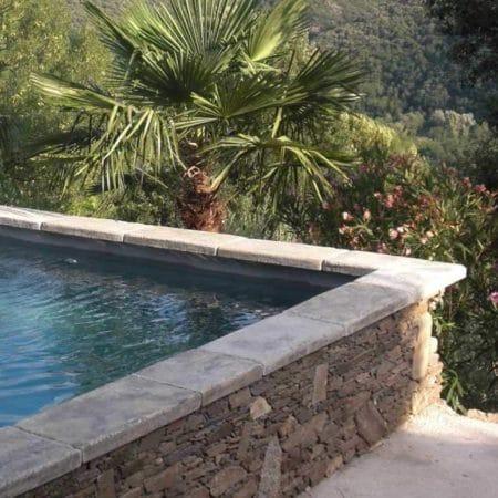 Margelle-piscine-gris-pierre-béton-lavoir