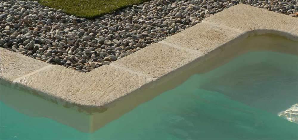 Margelle de piscine premier prix : modèle Authentique en béton aspect pierre