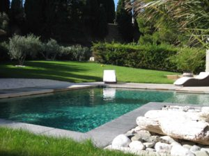 tour-piscine-margelle-béton-talon-gris-foncé