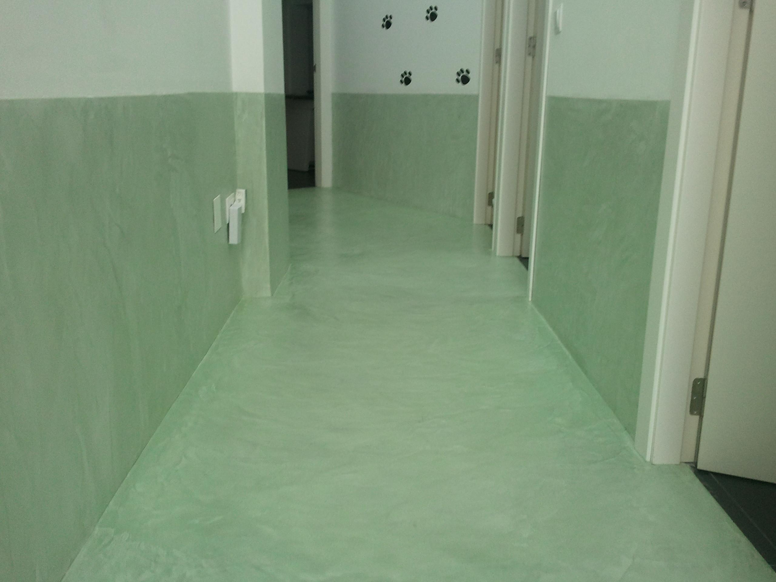 béton ciré-vert-sol-mur-clinique