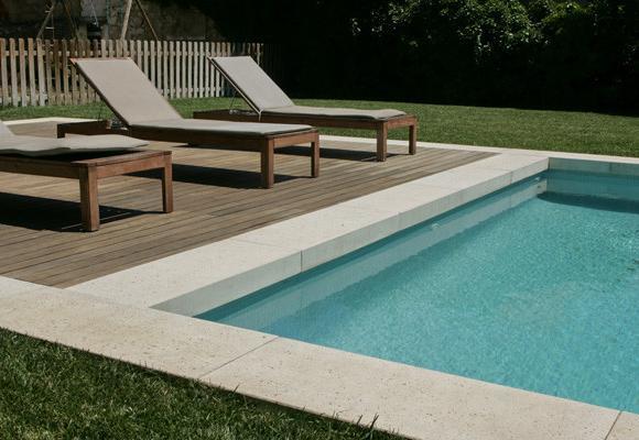 Margelle de piscine en L avec une retombée ou un talon, modèle grésé