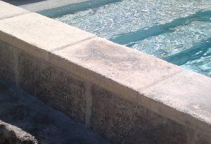 margelle-épaisse-piscine-pierre-béton