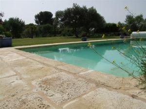 plage-piscine-premier-prix-béton-pierre