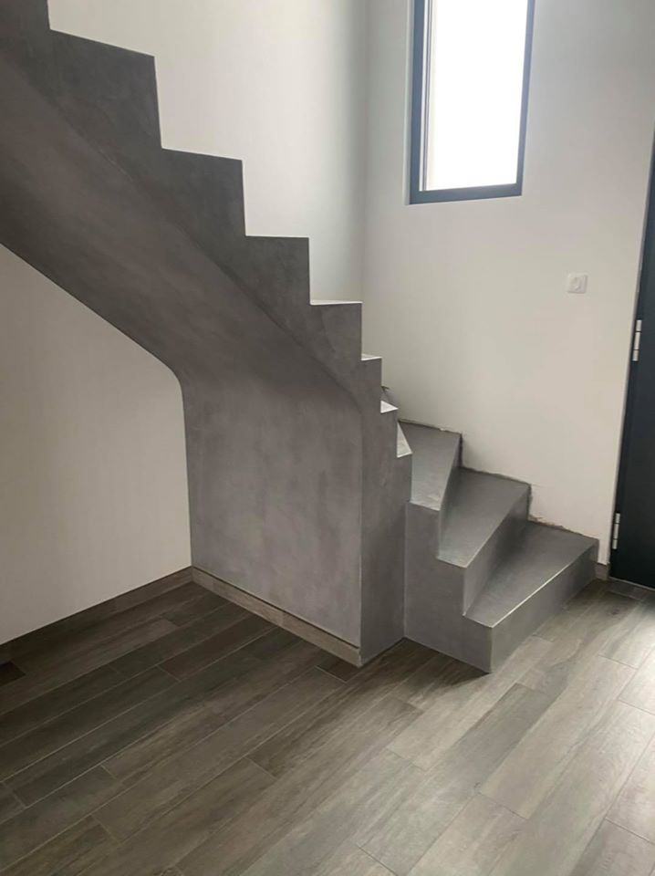Habillez facilement un escalier avec un enduit béton ciré