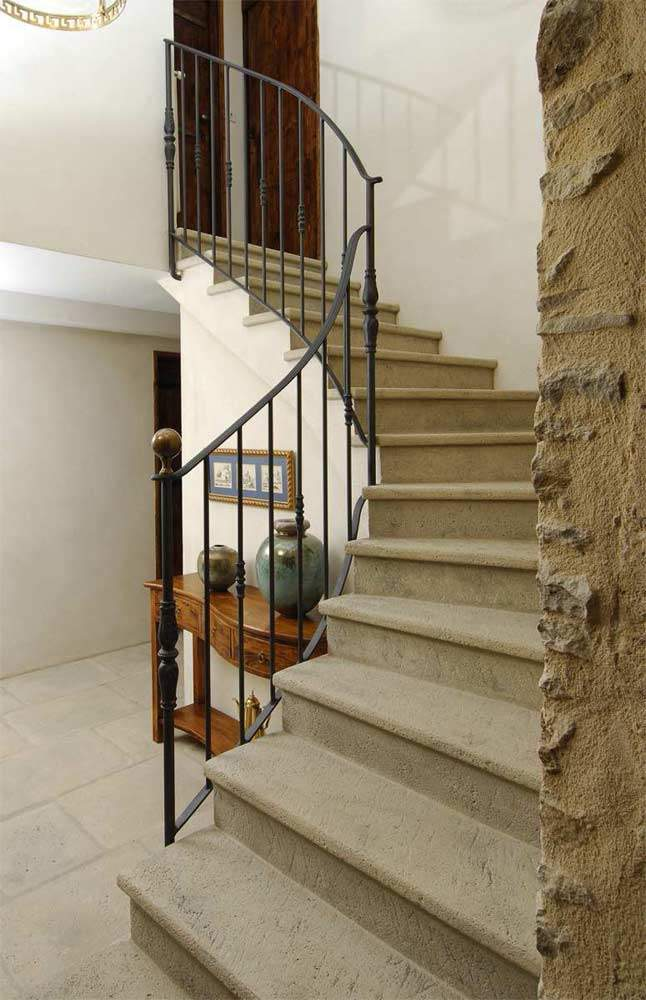 Revêtement d'escalier : nez de marche sur mesure façon pierre vieillie
