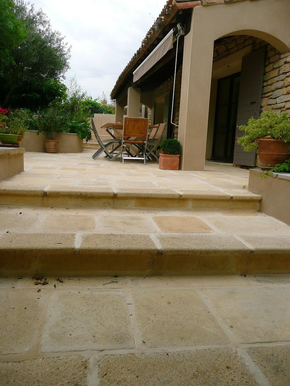 Escalier extérieur façon pierre avec les nez de marche Authentique