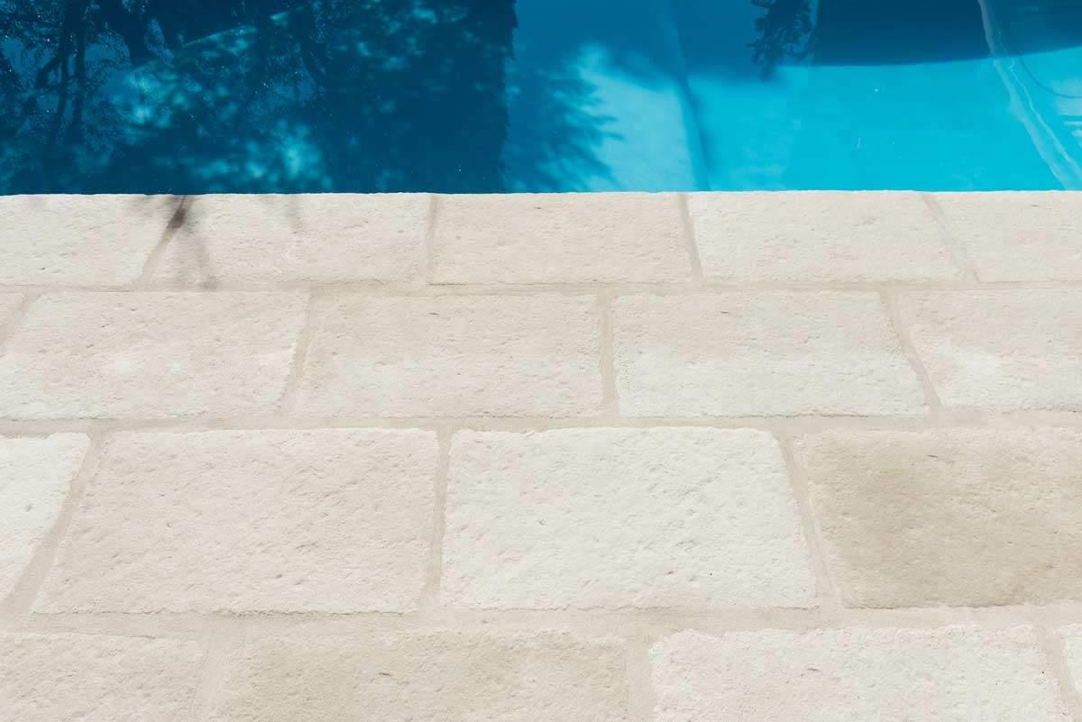 Dallage plage piscine pierre béton beige