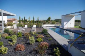 margelle-béton-piscine-villa-contemporaine-Toulouse