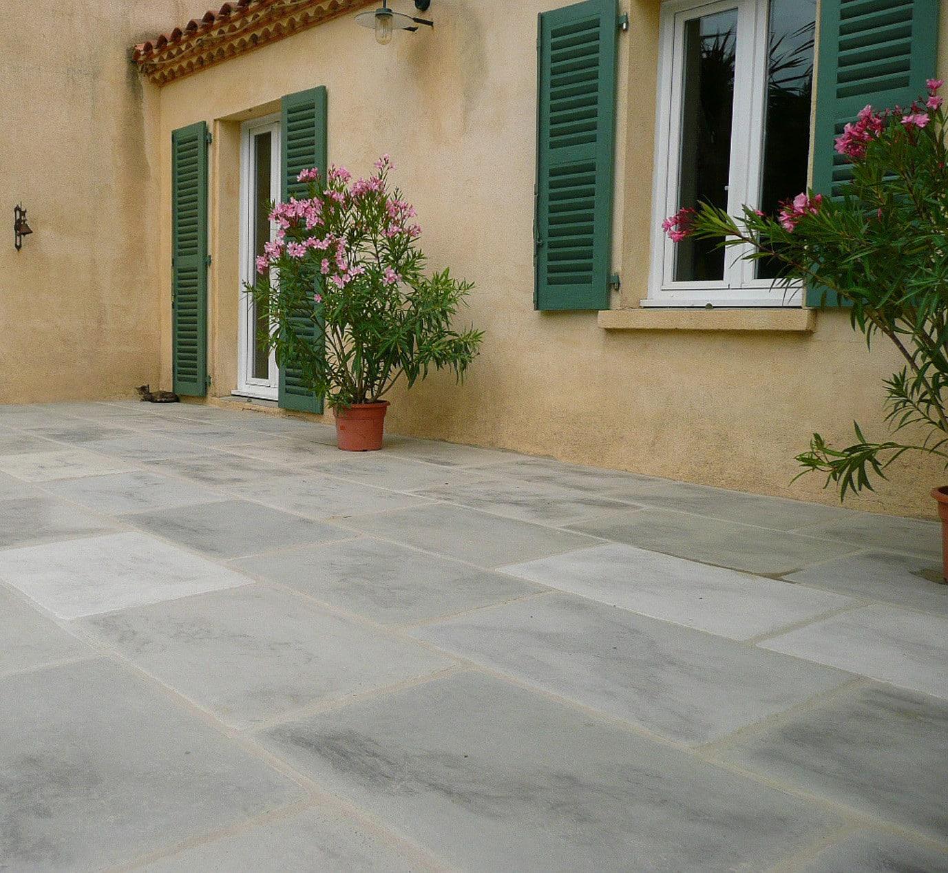 Modèle Bastide, dimensions 85x60 cm, teinte Gris Berg, réalisation dans l′Hérault