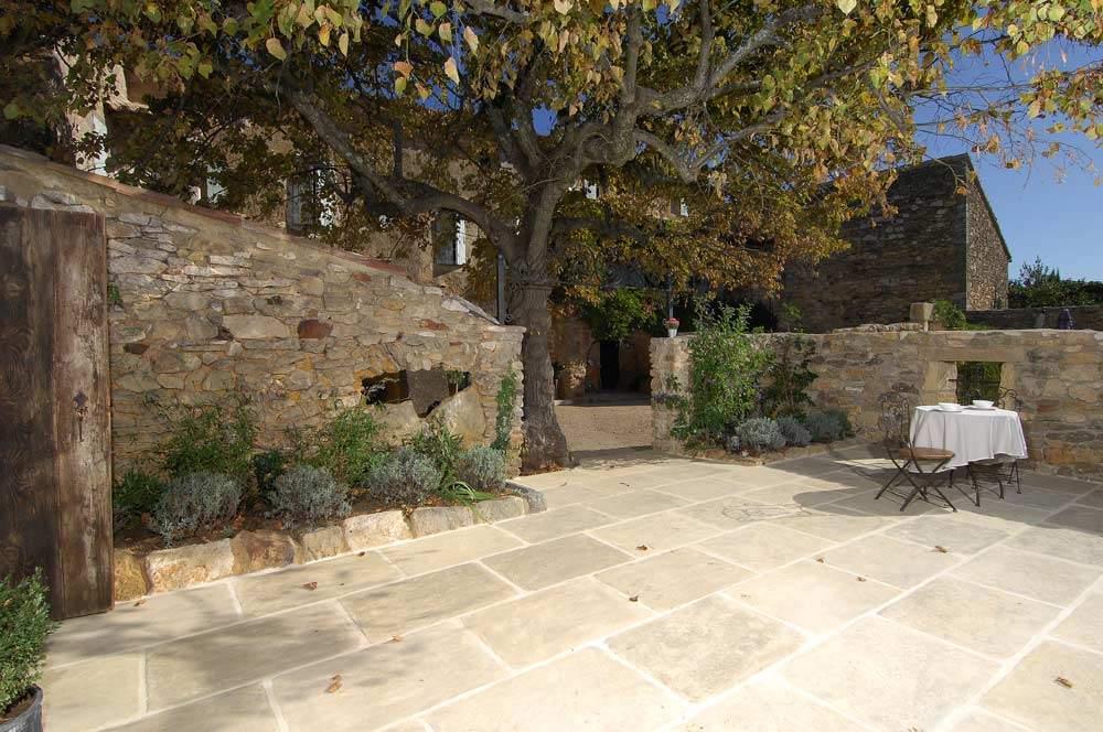 Modèle Bastide, teinte ocré vieilli sepia, dimensions 85x60 cm, réalisation dans le Gard