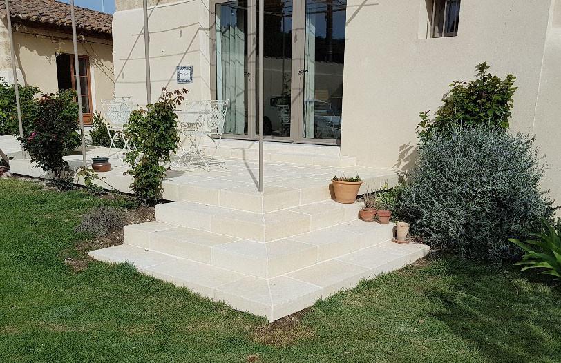 Terrasse avec des pièces en L façon pierre
