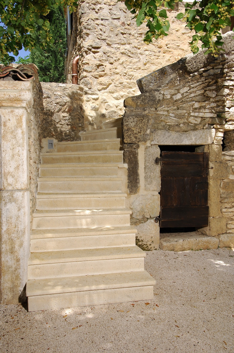 escalier en pierre simple escalier massif en pierre de lavoux with escalier en pierre good. Black Bedroom Furniture Sets. Home Design Ideas