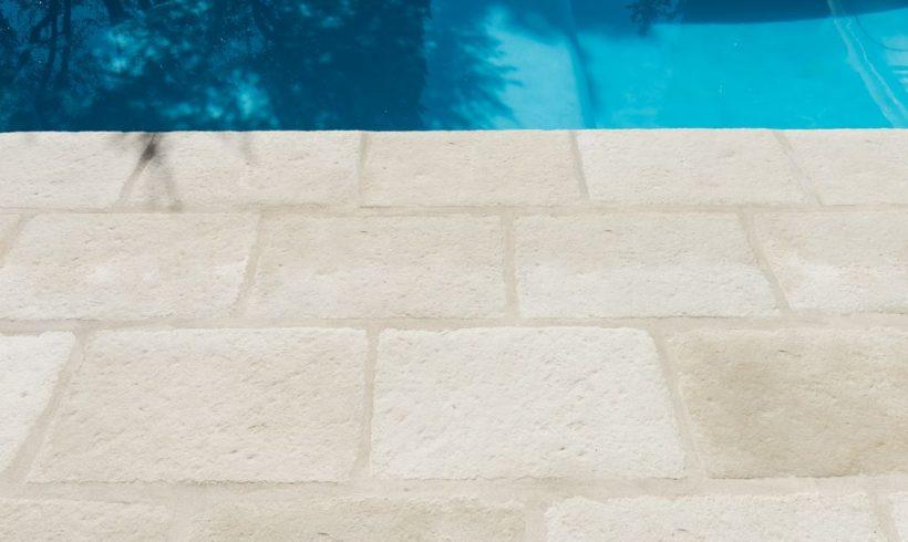 Dallage façon pierre en bord de piscine, modèle Bourgeoise