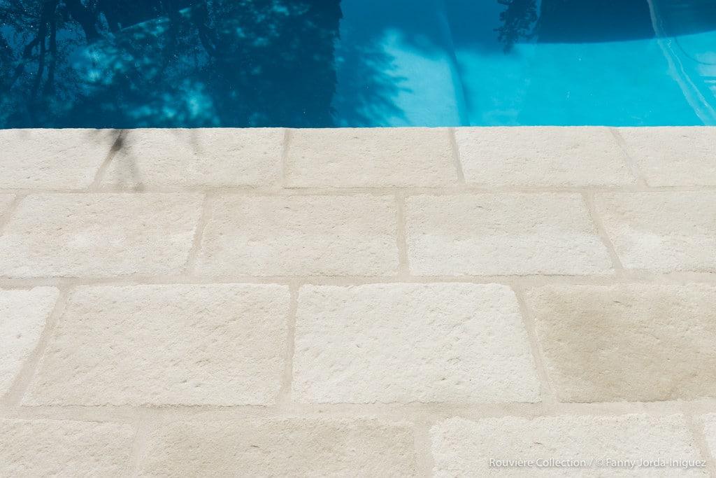 Dallage en bord de piscine modèle Bourgeoise en 42x70 cm