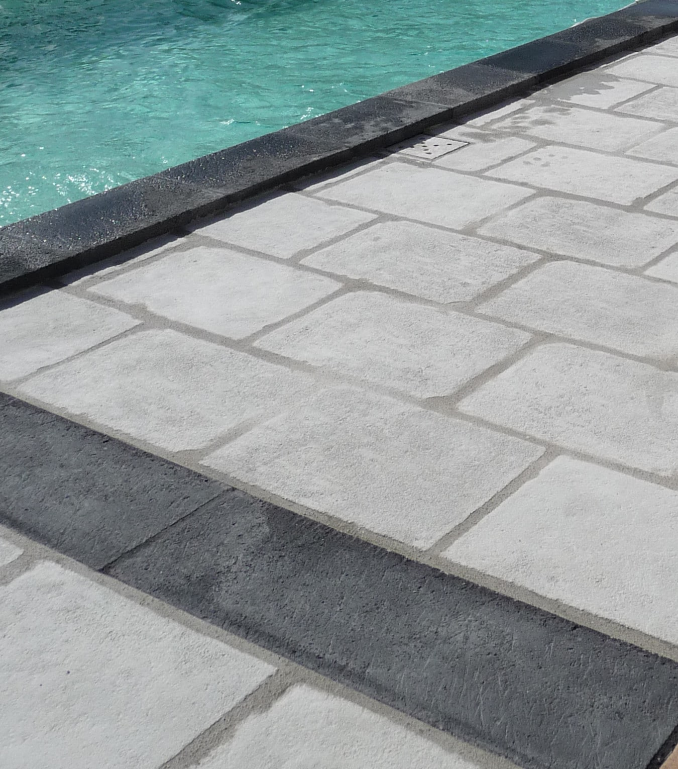 Margelle de piscine gris anthracite gamme Authentique