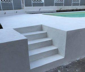 escalier plage piscine béton ciré