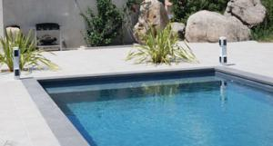 béton-ciré-enduit-piscine-gris-anthracite