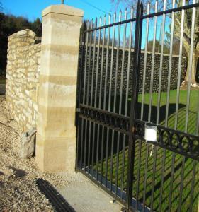 clôture-pilier-pierres-gard