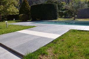 dallage-carrelage-piscine-terrasse-gris-blanc-béton