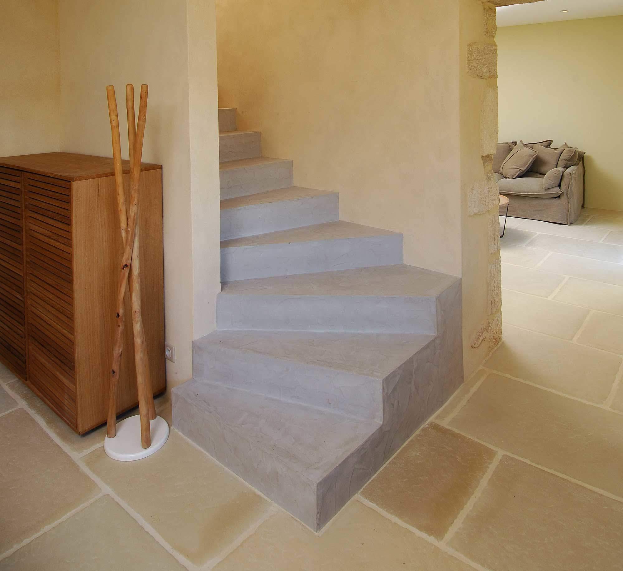 Rev tement escalier fa on b ton cir par rouviere collection for Construction escalier beton interieur
