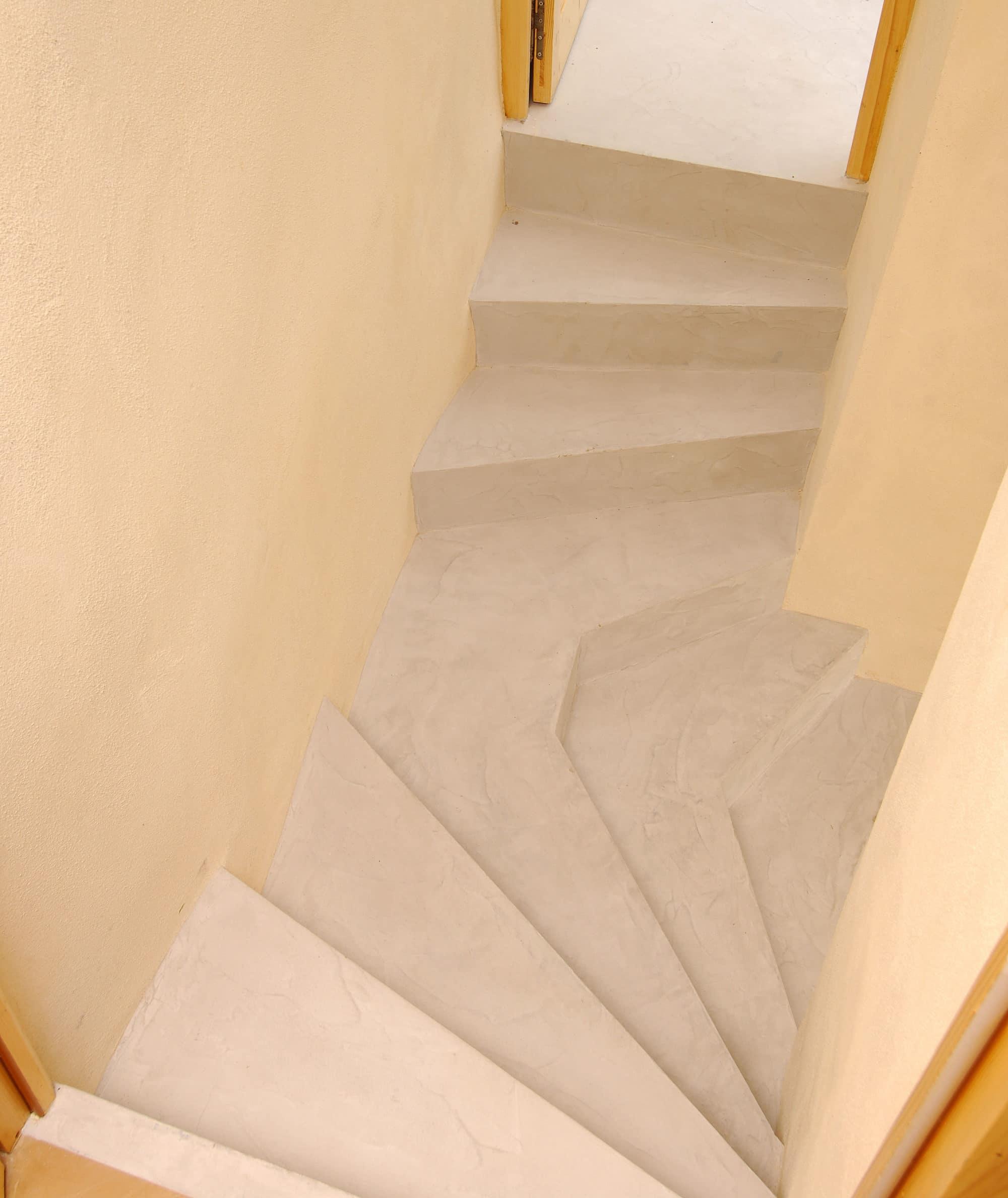 Palier d 39 escalier sur mesure en micro b ton rouvi re for Construction escalier beton interieur