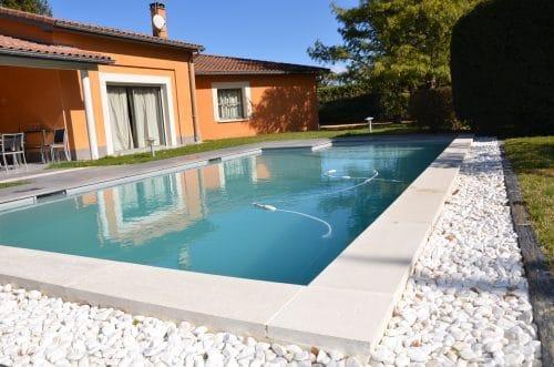 Margelle de piscine blanche en béton