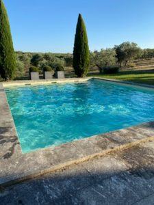piscine-Arles-béton-ciré-eau-turquoise