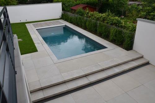Plage de piscine avec margelles et carrelage en béton