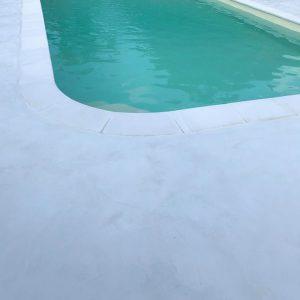 plage piscine béton ciré gris clair