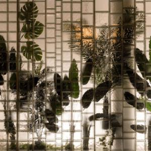 Paroi avec différentes dimensions de briques de verre