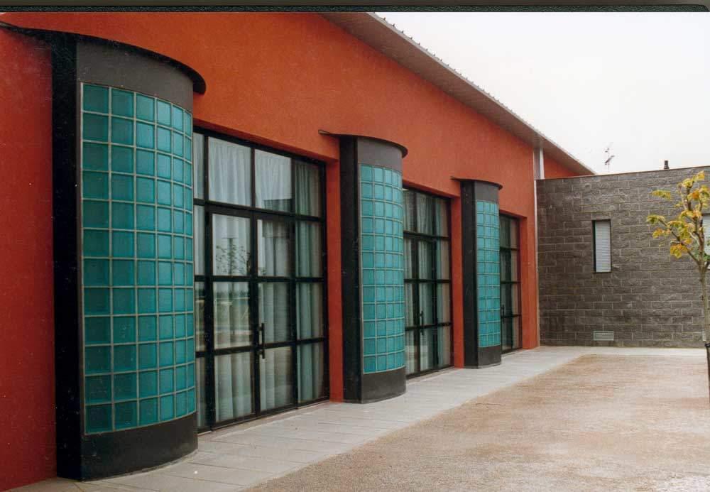 Façade briques de verre turquoises et structure métallique