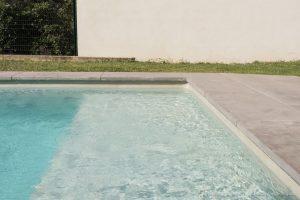 margelle-piscine-plate-contemporain-béton