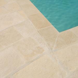 Margelle et plage de piscine en béton façon pierre Rouviere Collection