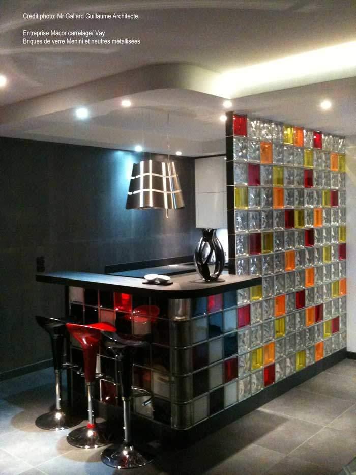 Paroi en briques de verre neutres avec touches de couleurs Mendini (Architecte M. Gallard, 44)