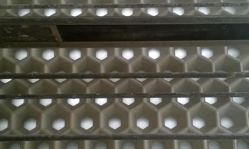 Création de blocs de façade alvéolés en béton et verre