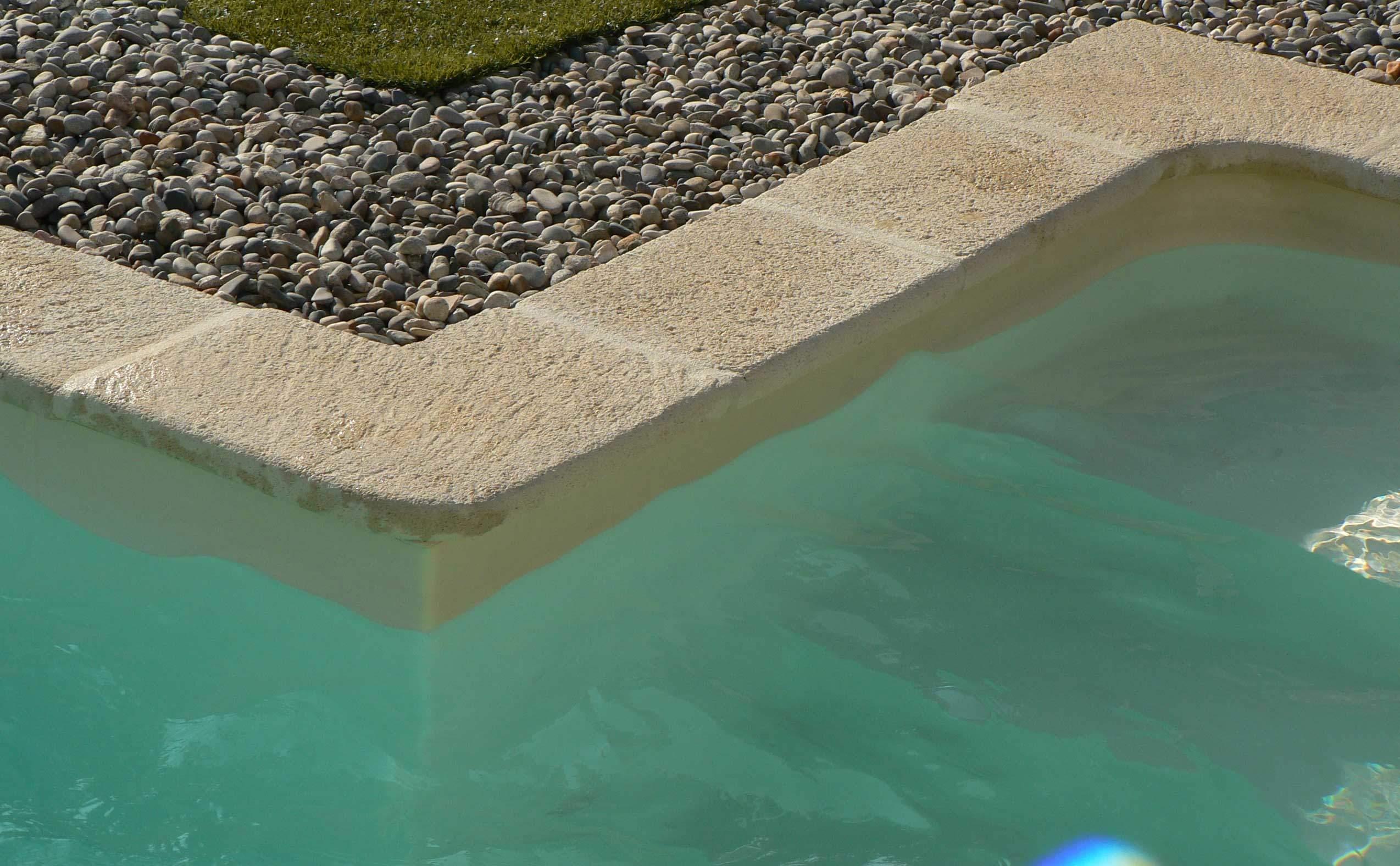 Margelle de piscine et angles entrant et sortant en béton façon pierre Rouviere Collection