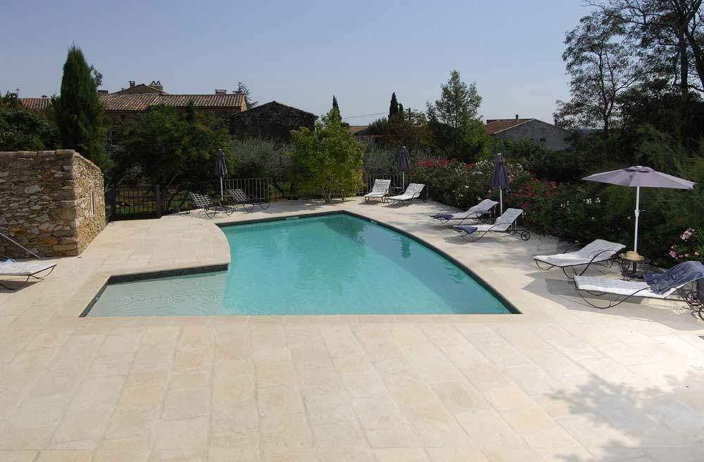 plage-piscine-courbe-pierre-béton-Uzès