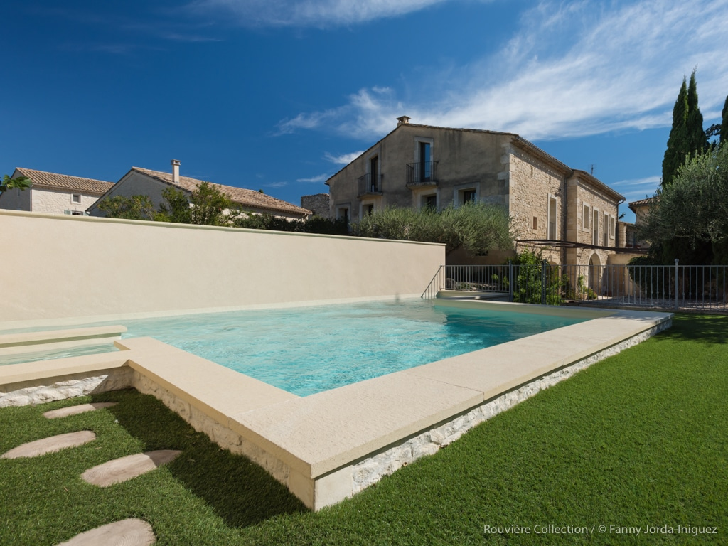 vue de la maison d′hôtes l′Ostal depuis la piscine