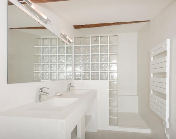 Salle d'eau et douche à l'italienne en micro-béton