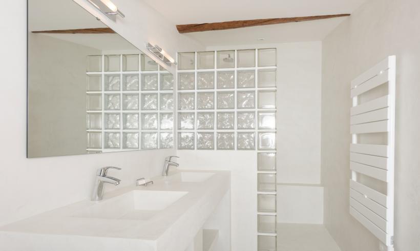 Salle d'eau et douche à l'italienne en béton ciré