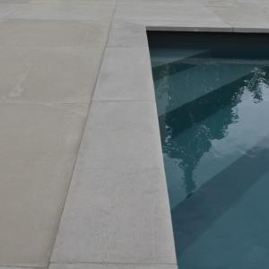 plage de piscine en béton gris clair Rouviere Construction