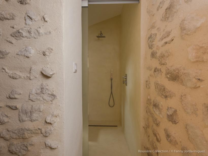 La douche à l'italienne en béton ciré : le rêve de toute salle de bains!