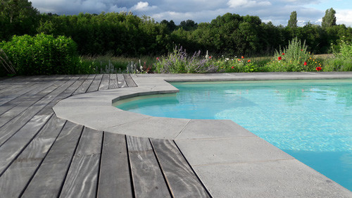 Peut-on donner un style contemporain à une piscine courbe?