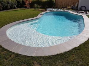 escalier roman courbe margelle piscine forme libre