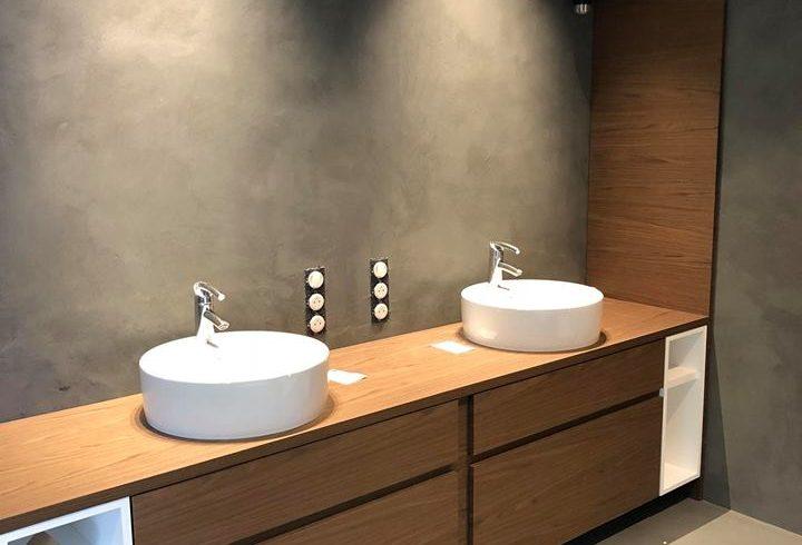 Rénovation d'une salle de bains en béton ciré par Decostyles