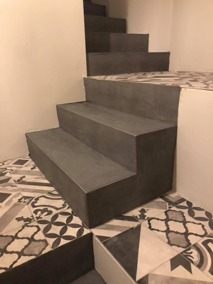 escalier-restaurant-béton-ciré-carrelage-ciment