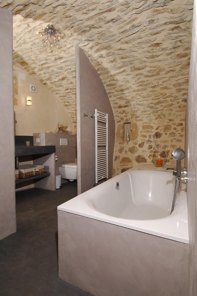 béton-ciré-salle-de-bains-chambre-d'hôtes