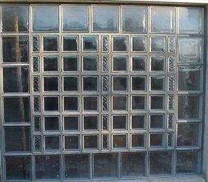 Façade combinant différents formats de briques de verre