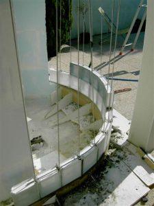 première-rangée-brique-verre-courbe