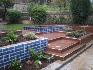 terrasse-jardin-briques-verre-bleu
